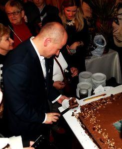 Bartłomiej kroi tort
